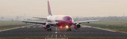 Flugzeug   auf Start- und Landebahn