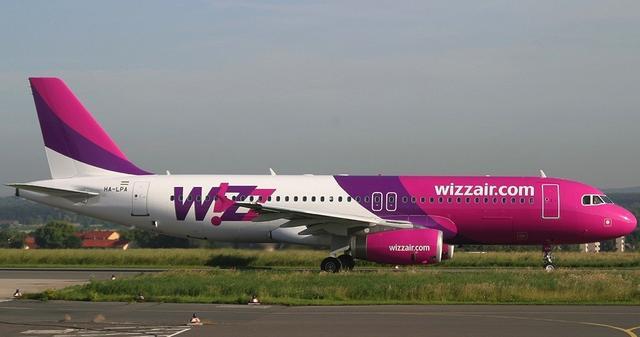 Wizz Air   Maschine auf der Start- und Landebahn