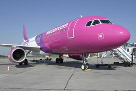 Flugzeug der Wizz Air auf dem Vorfeld