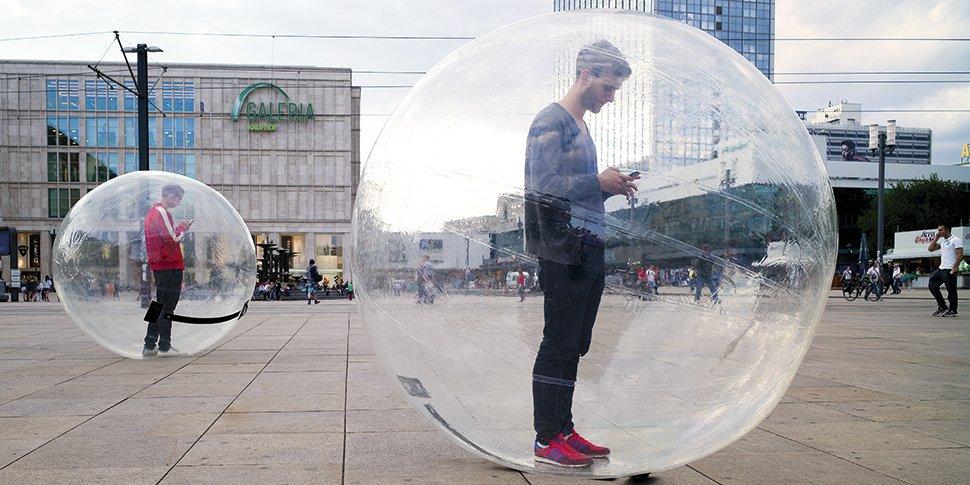 FOKUS Jahresbericht 2014 Header Showballs 970x485 Alex Alexanderplatz Heyde 72dpi Jonas Christoph Smartphone Bubble Vernetzung